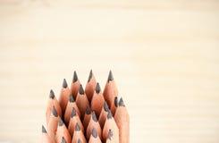 Bündel Stellung von billigen hölzernen scharfen Bleistiften Stockbilder