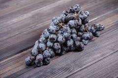 Bündel Stillleben der blauen Trauben auf dem Tisch Lizenzfreies Stockfoto