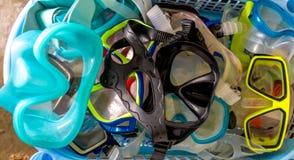 Bündel tauchende Masken-/Schutzbrillen für das Tauchen unter Wasser schnorcheln stockfoto
