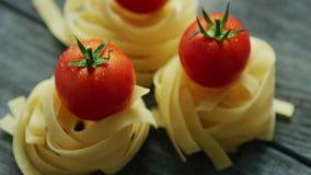 Bündel Teigwaren mit nassen Tomaten stock video