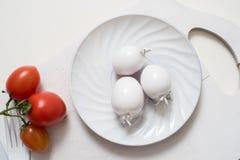 Bündel Tomatenarchivbilder Weiße Gabelmesserplatte auf einem alten hölzernen Plankenbehälter Weiße Tomaten der Kunstidee, gemalt Lizenzfreies Stockbild