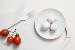 Bündel Tomatenarchivbilder Weiße Gabelmesserplatte auf einem alten hölzernen Plankenbehälter Weiße Tomaten der Kunstidee, gemalt  Stockfotografie