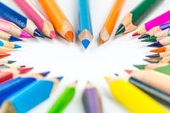 Bündel verschiedene und mehrfarbige Bleistifte, die Herz bilden Lizenzfreie Stockfotos