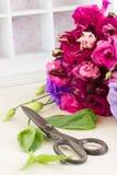Bündel violette und malvenfarbene Eustomablumen Lizenzfreie Stockfotos