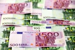 Bündel von 100 und 500 Eurobanknoten (angeordnet) Stockbilder