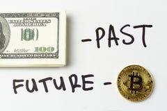 Bündel von hundert Dollarscheinen und Aufschrift - vorüber, Goldmünze der Schlüsselwährung Bitcoin und Aufschrift - Zukunft Stockfoto