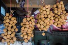 Bündel von Longan hängen freiverkäuflichen Kaufmann Singapore Stockbilder