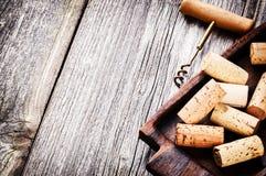 Bündel von Weinkorken und -korkenzieher stockfotografie