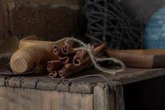 Bündel Zimt sitzend auf einer Holzkiste mit einer hölzernen Schaufel stockfotografie