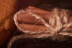 Bündel Zimtstangen gebunden mit Schnur, auf rustikalem eichenem Tisch lizenzfreies stockfoto