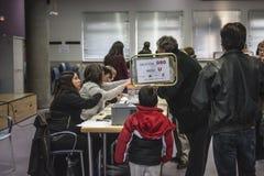 Bürger, die am Wahlmänner-Gremium in Madrid, Spanien, am spanischen Parlamentswahltag wählen Stockfotografie