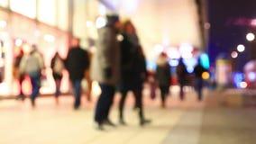 Bürger sind auf den Straßen am Abend stock video