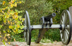 Bürgerkrieg-Kanone im Fall Foilage Stockfotos