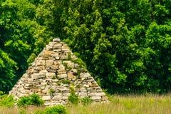 Bürgerkrieg-Pyramide auf einem Schlachtfeld Stockfoto