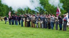 Bürgerkrieg Reenactors-Zündungs-Musketen Lizenzfreie Stockbilder