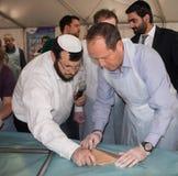 Bürgermeister Nir Barkat At A Matzah-Backenwerkstatt Lizenzfreie Stockfotos