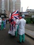 Bürgermeistersshowbühne hinter dem vorhang Doktor mit britischer Flagge Lizenzfreies Stockbild