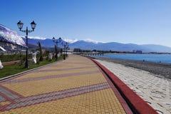 Bürgersteig auf dem Damm in Adler, Russland Lizenzfreies Stockbild