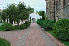 Bürgersteig der roten Backsteine, der führt, um im serbischen Kloster mit einem Gatter zu versehen lizenzfreies stockbild