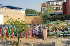 Bürgersteig durch eine gemalte Wand in Braamfontein stockfotografie
