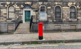 Bürgersteig, Fassaden und typischer roter britischer Postbox Stockfotografie