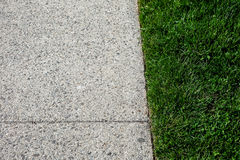 Bürgersteig mit Gras Lizenzfreies Stockfoto