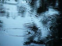 Bürgersteig mit Pfützen des Wassers und der Regentropfen stockfotografie