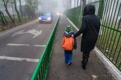 Bürgersteig mit Zaun Stockbilder