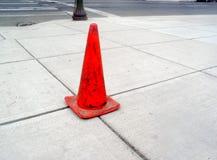 Bürgersteig und orange Kegel Lizenzfreies Stockbild