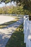 Bürgersteig und weißer Zaun Lizenzfreie Stockfotografie