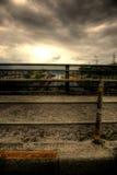 Bürgersteig unter dunklen Wolken Stockbild