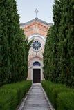 Bürgersteige von Bäumen gesäumt in einem alten italienischen Kirchhof Lizenzfreies Stockfoto
