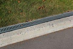 Bürgersteigseiten- und Regenwasserableitung in einem Park Lizenzfreie Stockfotografie