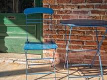 Bürgersteigstabelle und -stuhl Stockfotos
