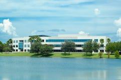 Büro über dem Teich. Lizenzfreie Stockfotos