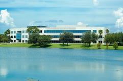Büro über dem Wasser. Lizenzfreie Stockfotografie