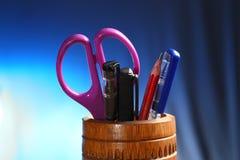 Büro: Bleistift-Halter mit Inhalt Stockfoto
