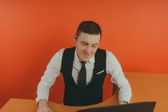 Büro, der Mann arbeitet, das Konzept: ein Büroangestellter stockbild