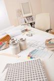 Büro des Innenarchitekten mit Farbenmuster Stockbilder