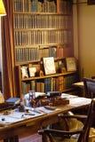 Büro des 19. Jahrhunderts eines Autors mit Schreibtisch und Bücherregal stockfotografie