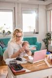 Büro des Mutteröffnungs-Umschlags zu Hause Stockfoto