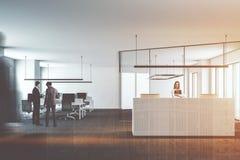 Büro des offenen Raumes mit dem weißen Aufnahmeschreibtisch getont Stockfotografie