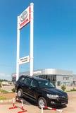 Büro des offiziellen Händlers Toyota am sonnigen Tag des Sommers Lizenzfreie Stockfotografie