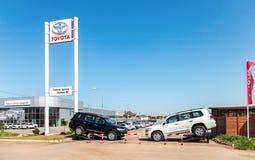 Büro des offiziellen Händlers Toyota am sonnigen Tag des Sommers Lizenzfreie Stockbilder
