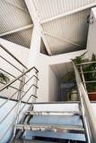 Büro in einer weißen industriellen Halle Stockfoto