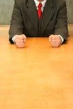 Büro: Faust auf dem Schreibtisch Stockfoto