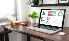 Büro-Finanzgraphiken des Laptops zu Hause stockfotografie