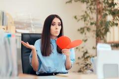 Büro-Frau, die Valentine Card vom stillen Bewunderer empfängt stockfotos