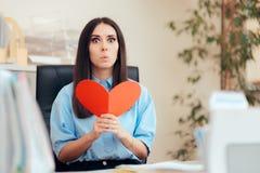 Büro-Frau, die Valentine Card vom stillen Bewunderer empfängt lizenzfreies stockfoto