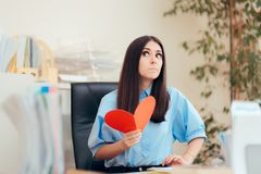 Büro-Frau, die Valentine Card vom stillen Bewunderer empfängt lizenzfreies stockbild